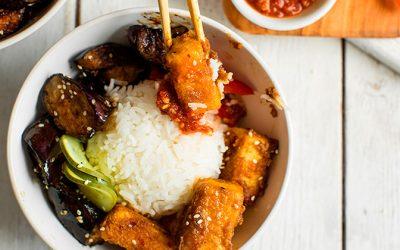 Bowl de arroz con tofu en mantequilla de almendras y berenjenas