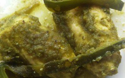 Rollo de pollo en salsa de poblano