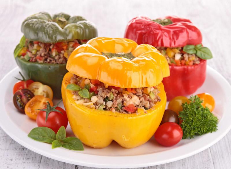 Pimiento morrón relleno de carne y verduras