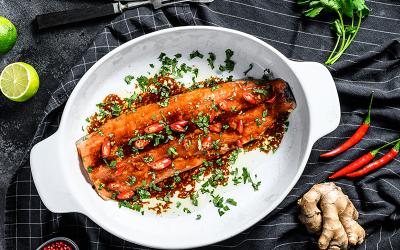 Filete de pescado oriental con chiles ahumados