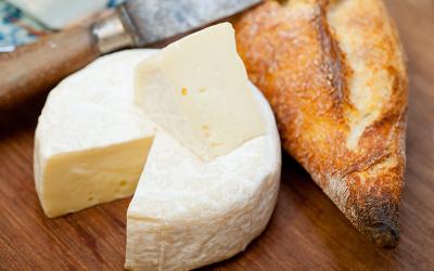 Baguette con queso brie
