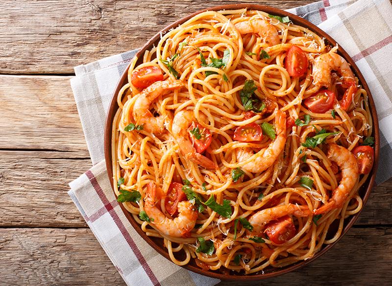 Spaghetti con camarones a la cúrcuma