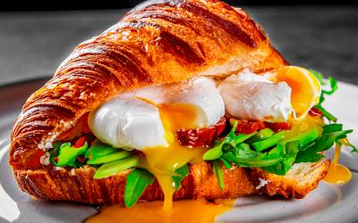 Croissant con huevos poché