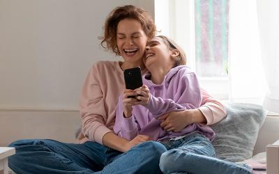 ¿Por qué hacer reír a mamá en su día?